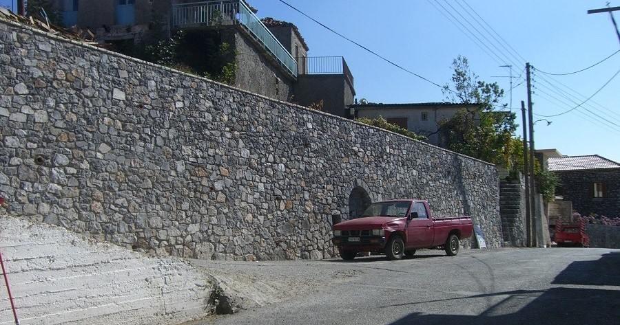 Πέτρινο τοιχείο αντιστήριξης στο κέντρο του Χωριού
